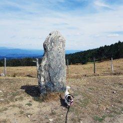 Pause pipi sur un menhir - The Chris's Adventures
