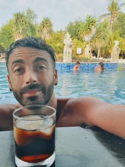 happy hours à la piscine - Ergon Pandawa Hotels & Resorts - The Chris's Adventures