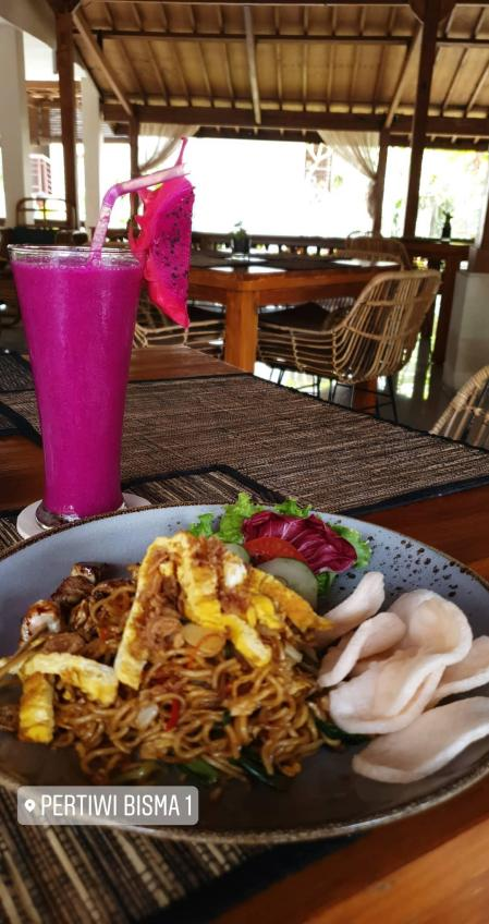 Mie goreng et jus de fruit du dragon - Pertiwi Bisma 1 - The Chris's Adventures
